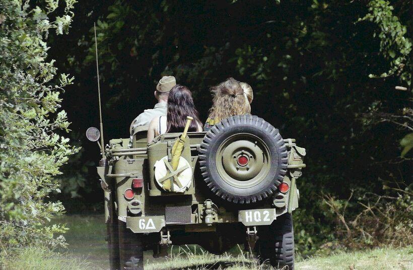 Genieten van een dagje uit met de Willys jeep - Foto 1