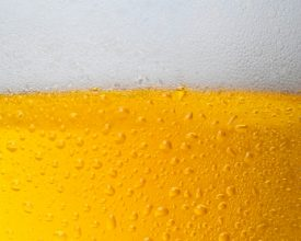 Fuivende studenten drinken zonder het te weten hele avond bier zonder alcohol