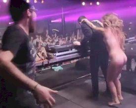 Naakte vrouw bespringt DJ