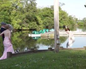Eventfotograaf valt in het water...
