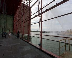 Eventlocatie onthult 250 m2 glazen wand: zicht op haven Rotterdam