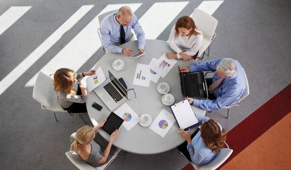 Best vergaderen aan ronde of rechthoekige tafel?
