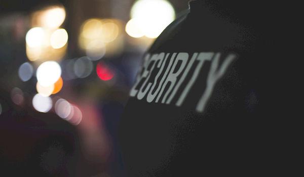 Twee Nederlanders sluipen vermomd als security binnen op Tomorrowland