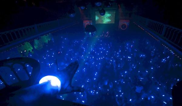 Nu kan ook je lichttechnicus het publiek oplichten - CrowdLED via DMX sturing